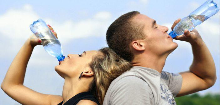 Mitul celor 2 litri de apa pe zi: cata apa trebuie sa bem si cum